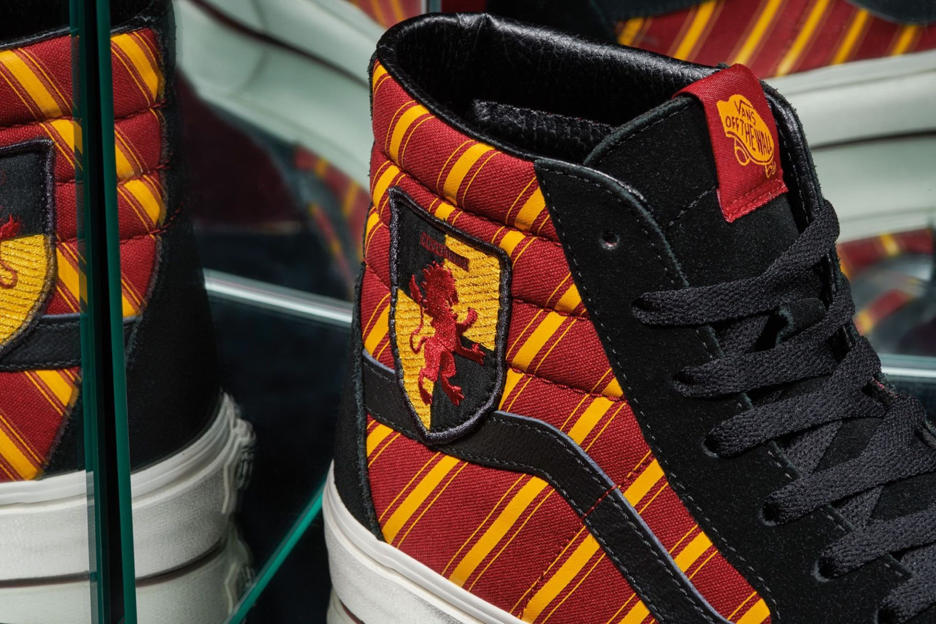 FA19_Classics_VN0A4BV6XK8_SK8HI_HARRYPOTTER_GRYFFINDOR_Multi_Elevated_Macro1
